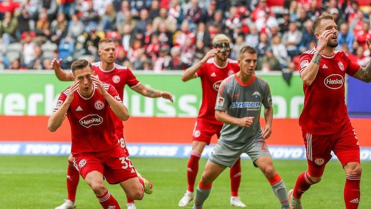 Robert Bozenik (l.), Rouwen Hennings, Lex-Tyger Lobinger und Andre Hoffmann von Fortuna Düsseldorf beim Spiel gegen Paderborn.