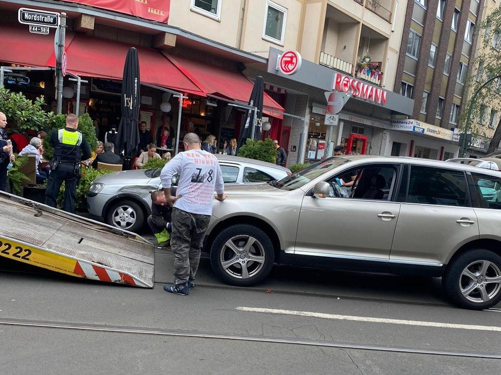 Ein Abschleppwagen zieht nach einem Unfall ein Auto auf die Ladefläche.