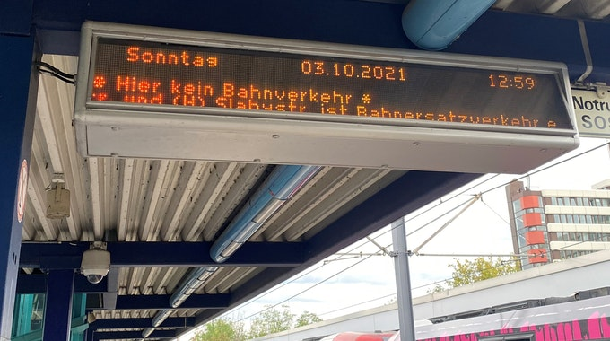 3. Oktober 2021 Ströung bei der KVB Linie 13 wegen Fahrleitungsschaden an der Haltestelle Slabystraße Foto: Ayhan Demirci