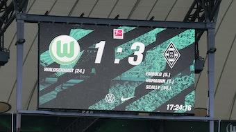 Die Anzeigetafel in der VW-Arena in Wolfsburg zeigt das Endergebnis zwischen dem VfL Wolfsburg und Borussia Mönchengladbach am 2. Oktober 2021.