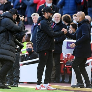 Jürgen Klopp (FC Liverpool) und Pep Guardiola (Manchester City) geben sich am 3. Oktober 2021 die Hand.