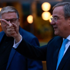 Armin Laschet zeigt mit seinem Finger nach links am Abend des 3. Oktober 2021 in Berlin.