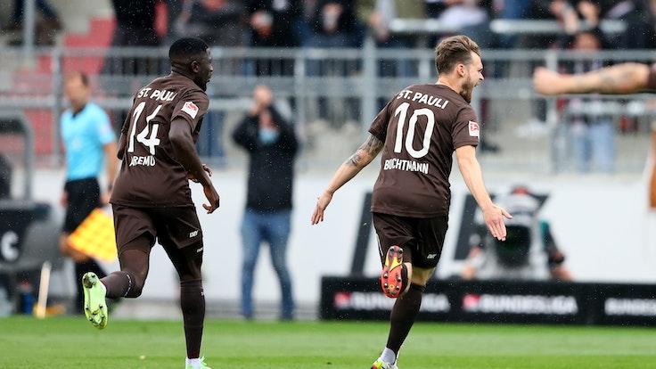Christopher Buchtmann vom FC St. Pauli feiert sein Traumtor gegen Dynamo Dresden.