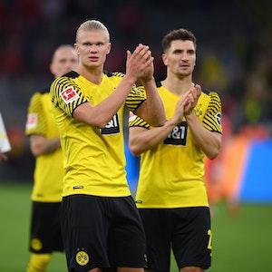 Erling Haaland applaudiert den Dortmunder Fans.