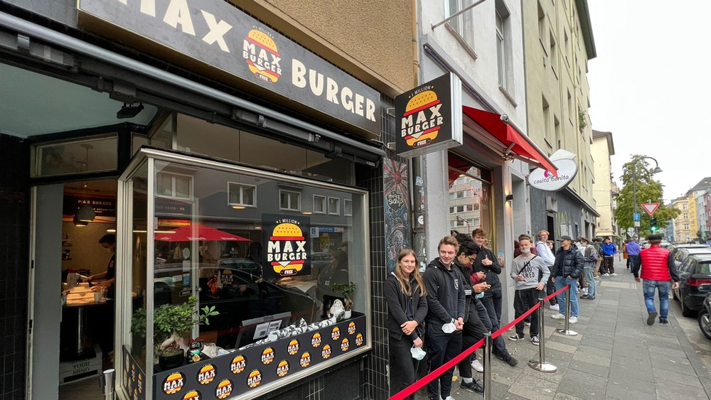 Fans des Kölner Youtubers Maximilian Kolb stehen für Gratis-Burger Schlange.