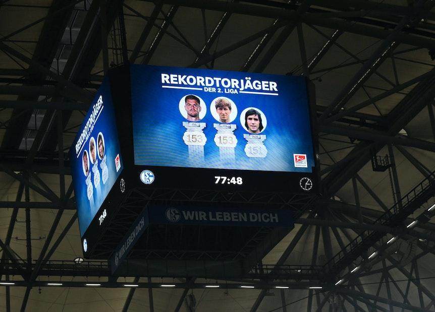 Anzeigenwürfel in der Veltins Arena nach dem Tor von Simon Terodde (FC Schalke 04) zum 3:0