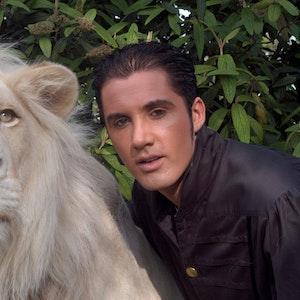 Der traditionsreiche Circus Krone in München trauert um seinen weißen Löwen King Tonga. Das Foto zeigt das Raubtier mit seinem Dompteur Martin Lacey jr.