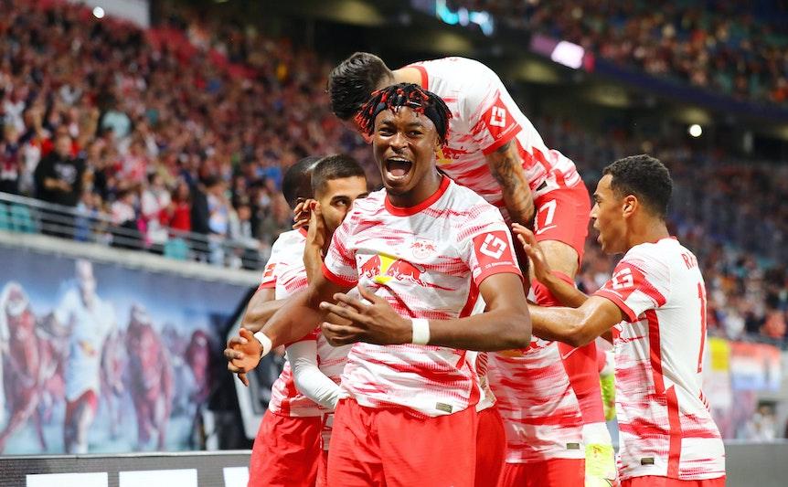 Jubeltraube: Spieler wie Mo Simakan (vorn) feiern das erlösende 1:0 gegen Bochum