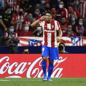 Luis Suárez blickt, während er eine Telefon-Geste macht, auf die Tribüne.