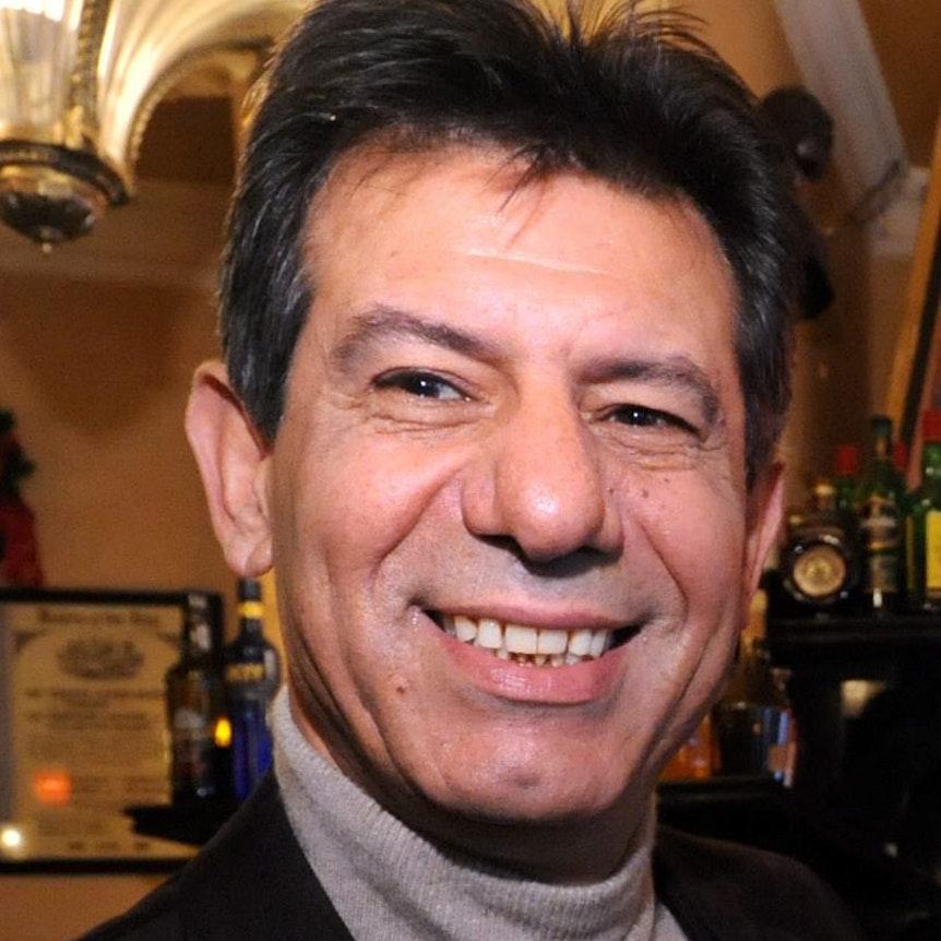 Café-Inhaber Abed Mansour lächelt in die Kamera.