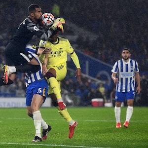 Massenkarambolage in der Premier League: Brighton-Keeper Sanchez kollidiert mit Mitspieler Dunk und Arsenals Gabriel bei einem Klärungsversuch