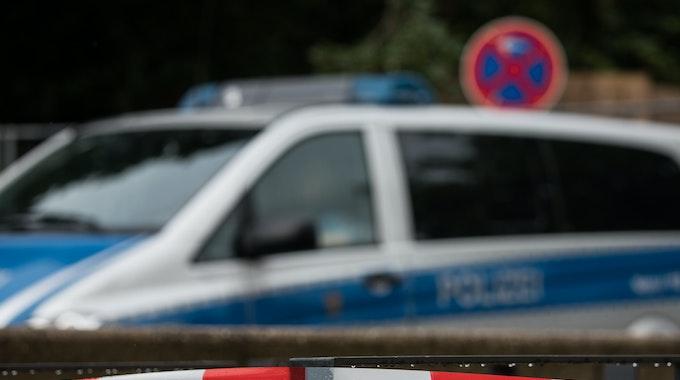 Ein Absperrband der Polizei sichert den Fundort einer Bombe.