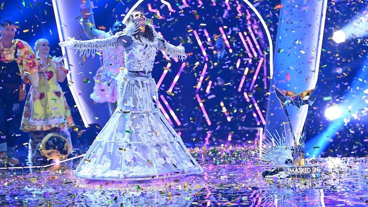"""Sarah Lombardi feiert bei der ProSieben-Show """"The Masked Singer"""" auf der Bühne. Die Sängerin hat im Kostüm eines Skeletts gewonnen."""