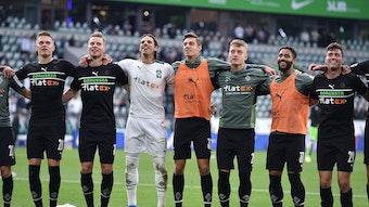 Die Mannschaft von Borussia Mönchengladbach hüpft Arm in Arm nach dem ersten Auswärtsdreier Saison beim VfL Wolfsburg am 2. Oktober 2021.