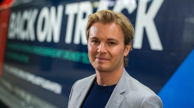 Nico Rosberg, Ex-Formel 1-Weltmeister und Mitgründer des Greentech Festivals, steht nach einer Pressekonferenz zum Greentech Festival 2020 vor einem Zug mit einer Werbung für das Festival.