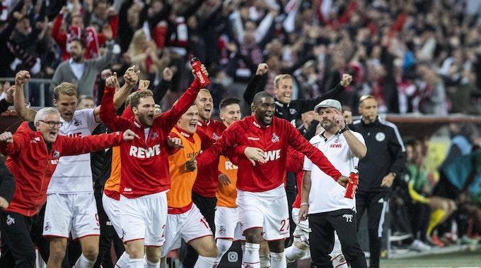 Der 1. FC Köln bejubelt den Heimsieg gegen Greuther Fürth.