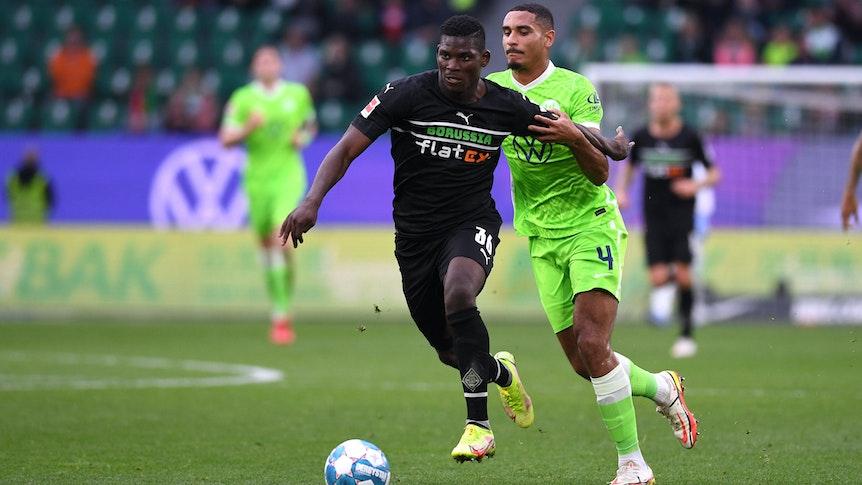 Breel Embolo (l.) von Borussia Mönchengladbach behauptet im Zweikampf gegen Maxence Lacroix (r.) vom VfL Wolfsburg den Ball, am 2. Oktober 2021.