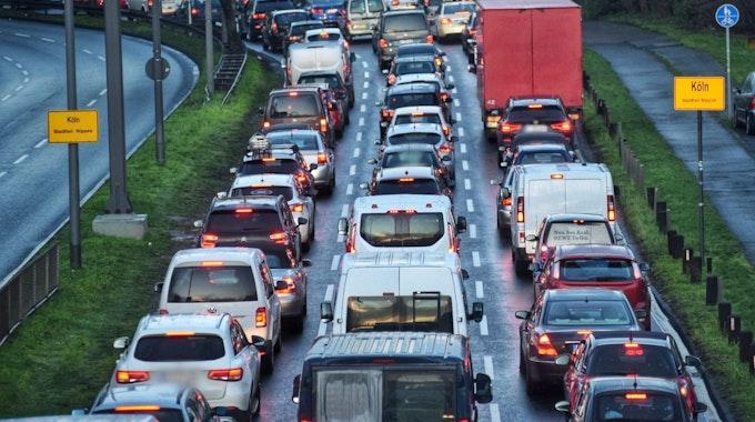 Köln: Der Verkehrs staut sich auf der Inneren Kanalstraße
