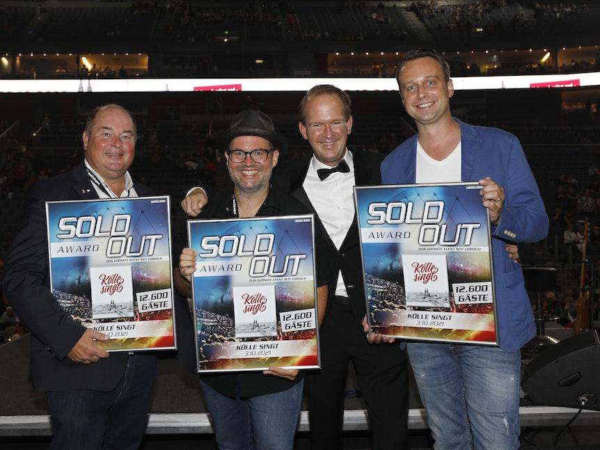 Stephan Brandt, Björn Heuser, Stefan Löcher und Lukas Wachten posieren mit den Sold-Out-Urkunden.