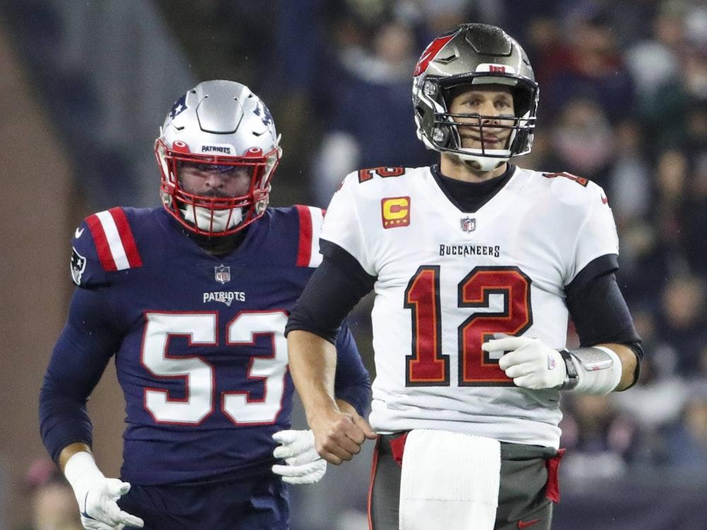 In voller Football-Montur stehen Kyle Van Noy von den Patriots und Tom Brady von den Buccaneers nebeneinander