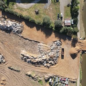 Die Flut im Juli 2021 spülte in Erftstadt-Blessem einen riesigen Krater frei. Drohnen-Aufnahmen zeigen das Ausmaß der Zerstörung.