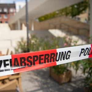 Mönchengladbach: Ein Tatort ist mit Absperrband gesichert.