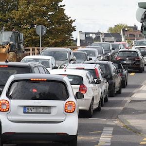 Der Verkehr quält sich über die Bonner Viktoriabrücke, es staut sich.