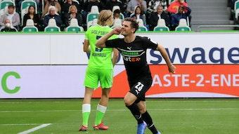 Jonas Hofmann von Borussia Mönchengladbach bejubelt seinen Treffer mit der Hand am Ohr im Duell gegen den VfL Wolfsburg am 2. Oktober 2021.