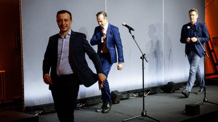 CDU-Generalsekretär Paul Ziemiak, FDP-Generalsekretär Volker Wissing und CSU-Generalsekretär Markus Blume bei einer Pressekonferenz nach den Sondierungen zwischen Union und FDP am Sonntag (3. Oktober). Sie schreiten von der Bühne.