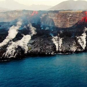Das Foto an der Küste von La Palma zeigt, wie der Lava-Strom ins Meer stürzt.