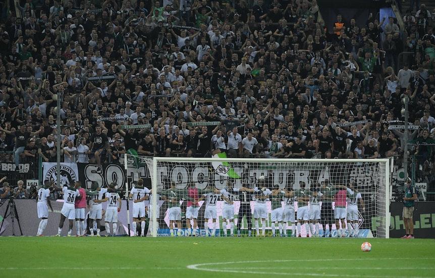 Spieler von Borussia Mönchengladbach, hier am 25. September 2021, feiern mit den Fans in der Nordkurve.