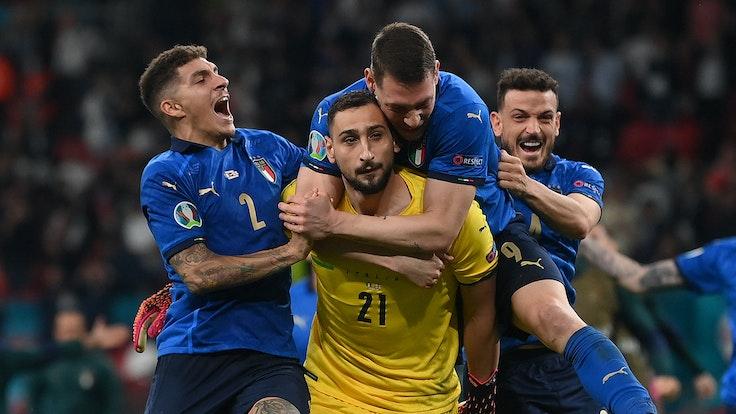 Gianluigi Donnarumma viene festeggiato dai compagni dopo aver vinto l'Europeo in Italia.