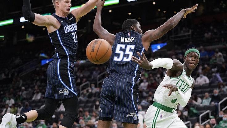 Vorbereitungsspiel: Boston Celtics Dennis Schröder (r) in Aktion gegen Orlando Magics Spieler E'Twaun Moore (M) und Moritz Wagner (l).