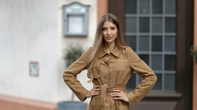 Cathy Hummels, Influencerin und Moderatorin, steht bei einem Fototermin in der Kulisse der RTL-Serie «Unter uns». +++ dpa-Bildfunk +++