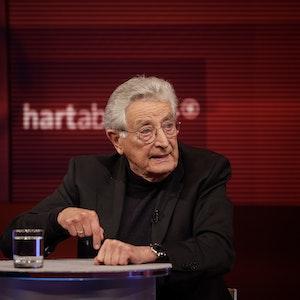 """FDP-Urgestein Gerhart Baum wurde bei """"Hart aber fair"""" am Montagabend (05. September) plötzlich wütend, als es um Armin Laschet ging."""