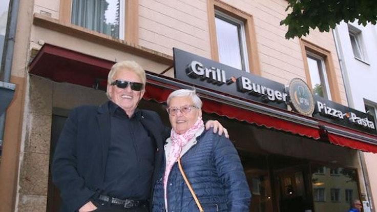 Heino und seine Schwester Hannelore stehen vor ihrem alten Elternhaus in Düsseldorf-Oberbilk