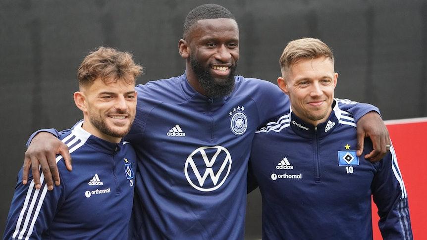 Deutschlands Antonio Rüdiger (M) steht mit Sonny Kittel (r) und Tim Leibold vom Hamburger SV für ein Foto zusammen.