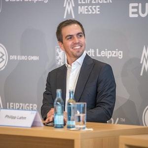Philipp Lahm lacht bei einer Pressekonferenz zur EM 2024.