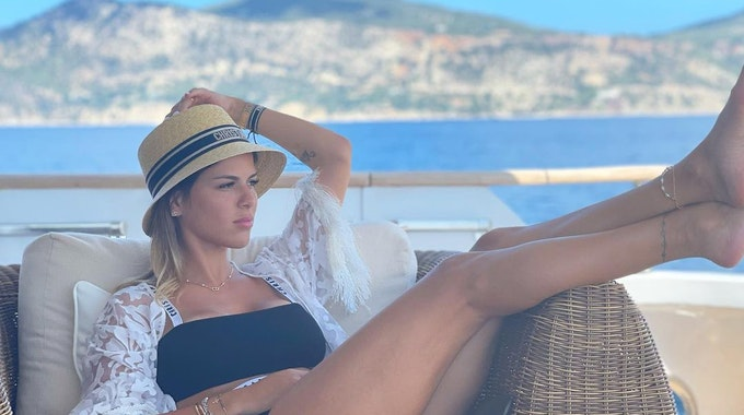 Camila Galante, Spielerfrau von PSG-Profi Leandro Paredes posiert mit Hut auf einem Instagram-Foto um Urlaub.