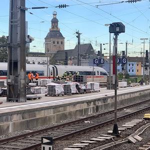 Feuerwehr untersucht stehenden ICE im Hauptbahnhof