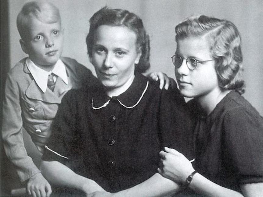 Heino mit seiner Mutter Franziska und seiner Schwester Hannelore auf einem alten Kindheitsfoto.