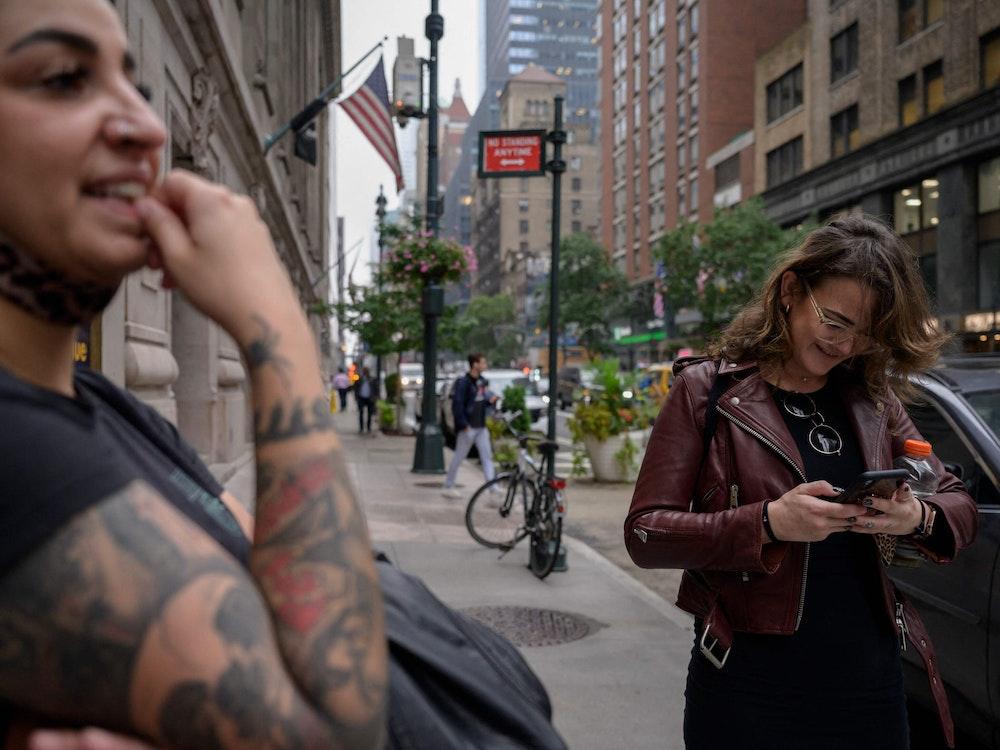Eine Frau in den Straßen von New York checkt am Montag (4. Oktober) ihren Facebook-Account.