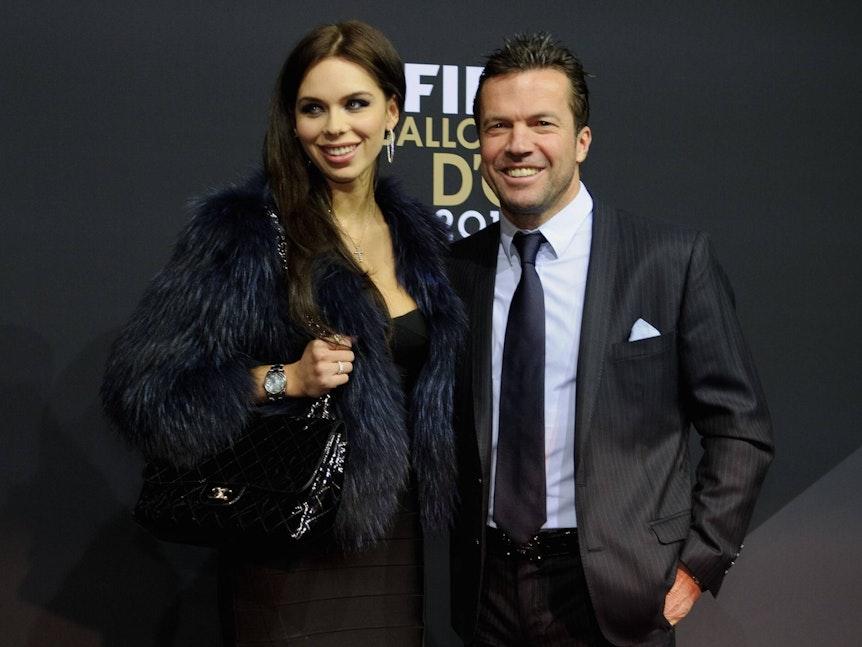 Lothar Matthäus mit Frau Liliana Matthäus posieren vor einer schwarzen Wand auf einer Preisverleihung.