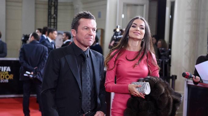 Lothar Matthäus geht mit Anastasia über den roten Teppuch. Sie trägt ein pinkes Kleid, er einen schwarzen Anzug.