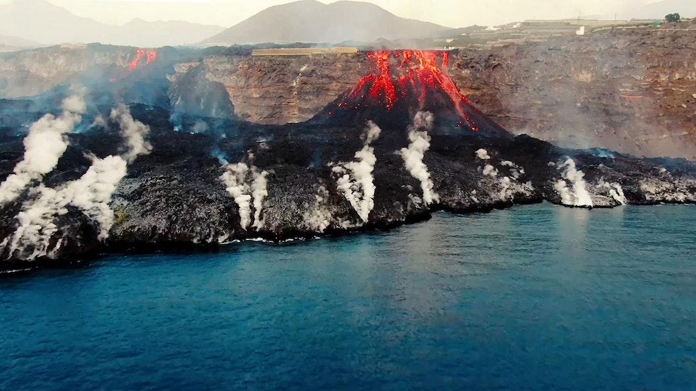 Im September 2021 ist auf La Palma ein bis dahin lange inaktiver Vulkan ausgebrochen – die Folgen davon sind noch immer spürbar. Das Foto (aufgenommen am 4. Oktober) zeigt, wie Lava an der Küste ins Meer stürzt.