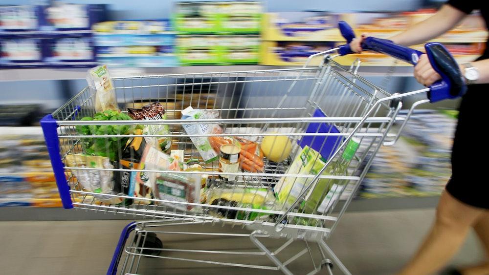Eine Kundin fährt im Juli 2016 einen Einkaufswagen durch eine Discounter-Filiale in Essen.