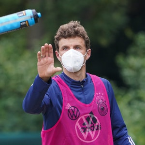 Deutschlands Thomas Müller fängt beim Training der Nationalmannschaft eine Flasche.