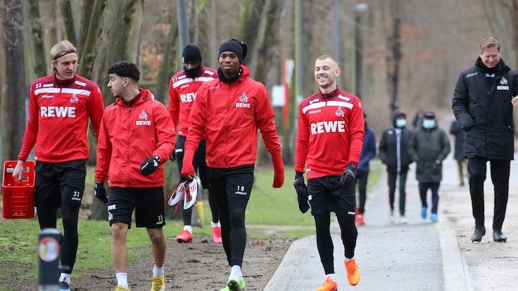 Sebastiaan Bornauw, Dimitrios Limnios und Max Meyer gehen zum Training des 1. FC Köln.