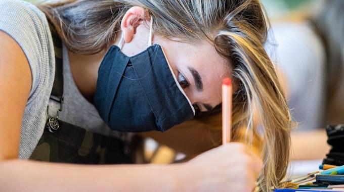 Maskenpflicht an Schulen (hier eine Schülerin in Münster im Oktober 2020), sie soll bald fallen.