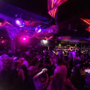 Menschen tanzen im Club Neko in Freiburg auf der Tanzfläche.